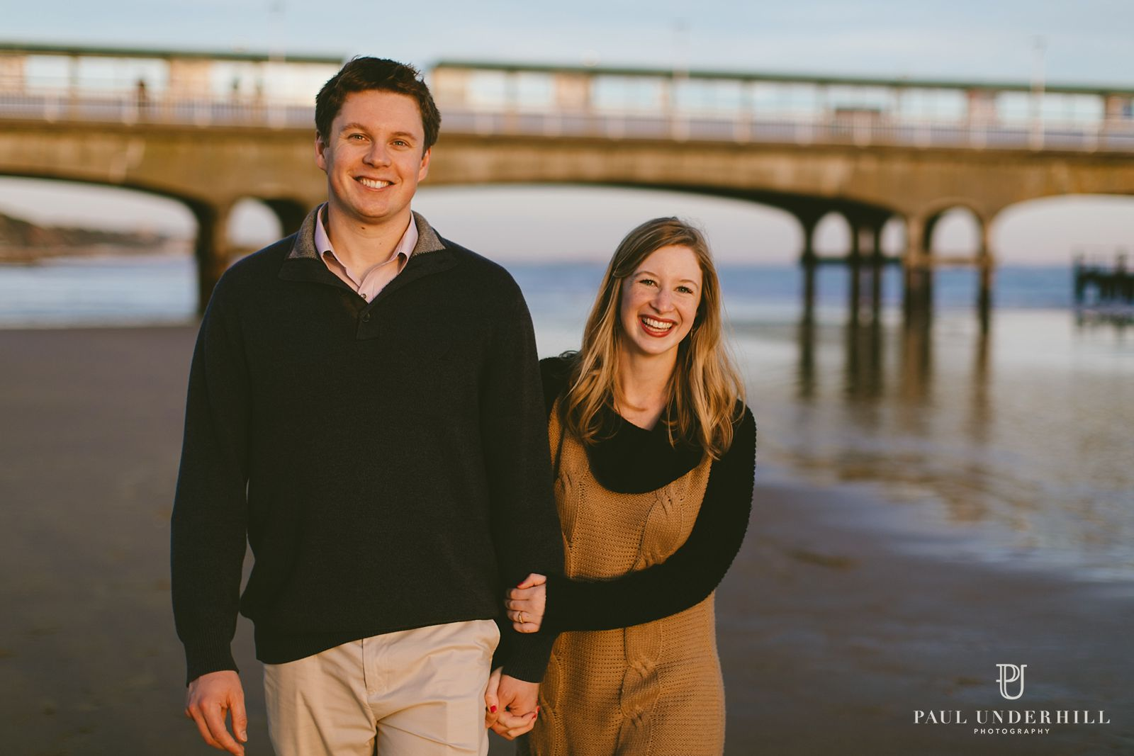 relaxed-portraits-of-couple-on-bournemouth-beach